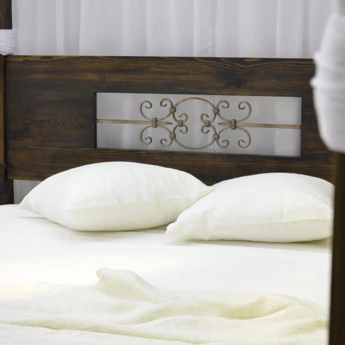 łóżko drewniane z rzeźbieniem