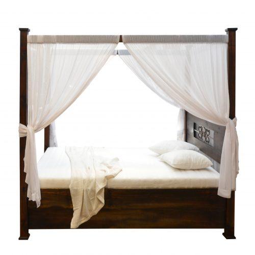 łóżko z drewna litego z baldachimem