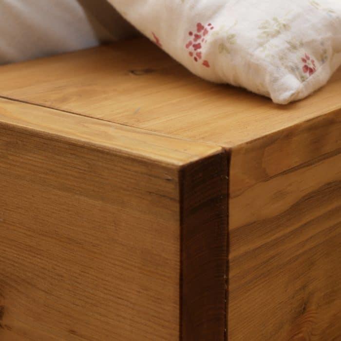 łóżko drewniane na wysokich nóżkach