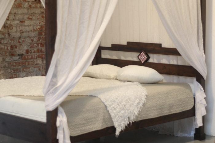 drewniane łóżko na zamówienie