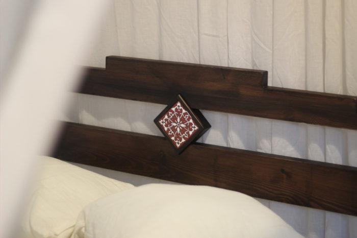 Łóżko Glam z naturalnego drewna